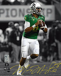 Signed Marcus Mariota Autographed 8x10 Photo Oregon Ducks MM Holo Stock #96550 - Signed NFL Football Photos